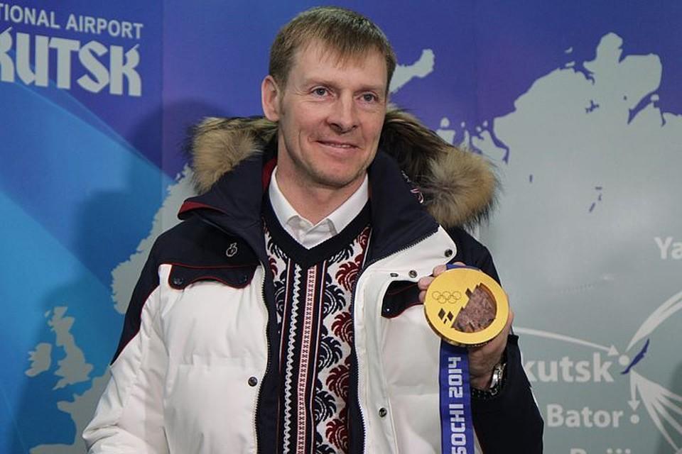 Февраль 2014 года. Аэропорт Иркутска. Александр Зубков с золотой медалью Олимпиады в Сочи.