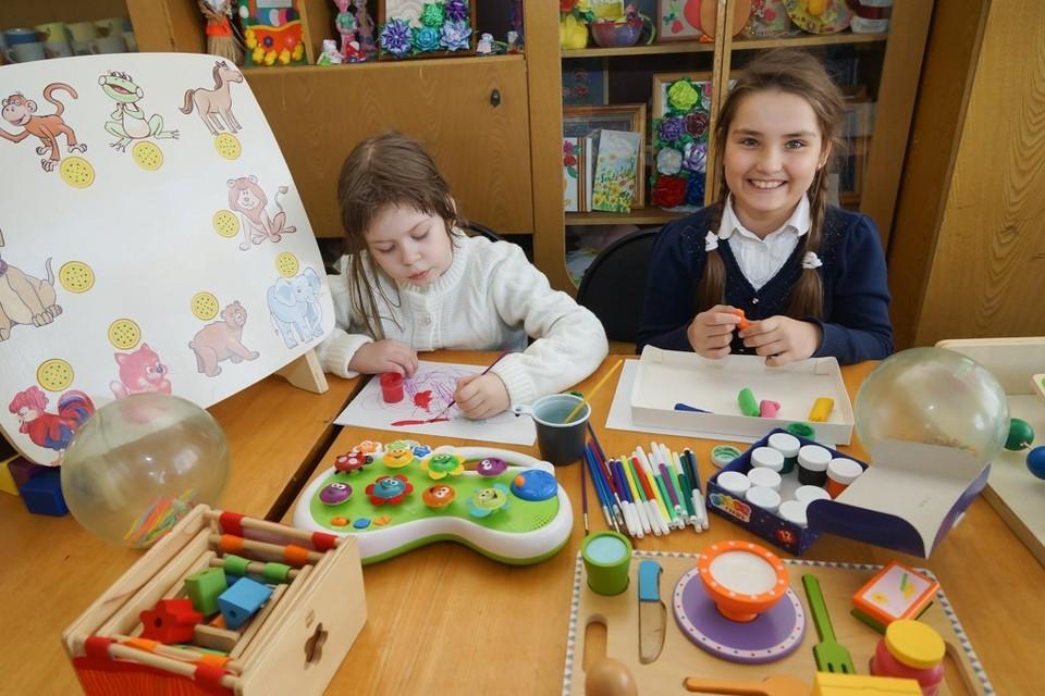 Дети находят занятие на свой вкус: комуто больше нравится рисовать, а кому-то - лепить.