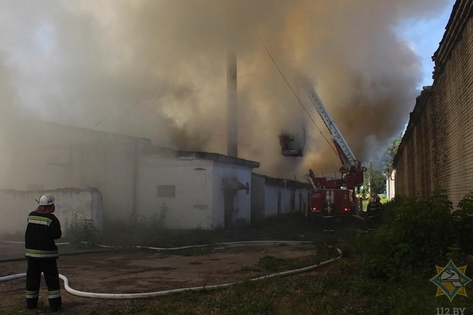 Фото с сайта МЧС Здание бывшей воинской части в Гродно тушили 13 подразделений МЧС