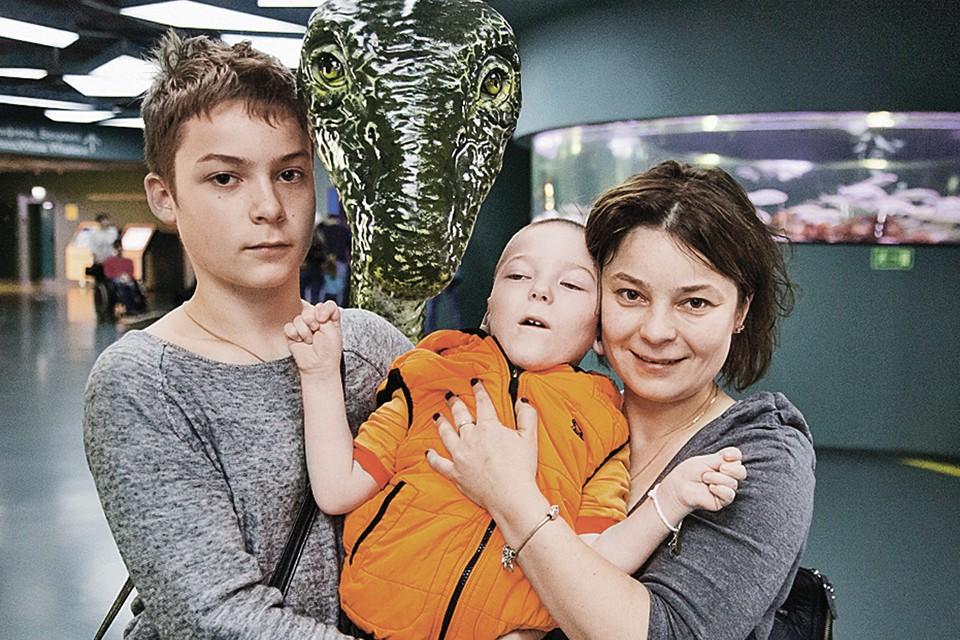 Екатерина Коннова со старшим сыном Елисеем и больным Арсением.