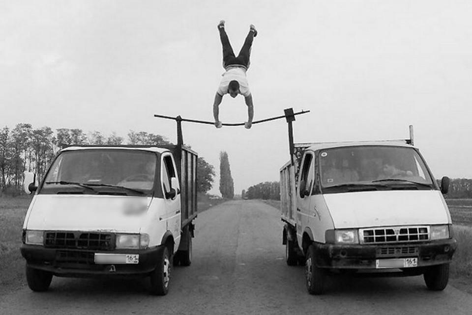 Ростовский экстремал крутит солнышко между двух едущих машин. Фото: Евгений Чеботарев.