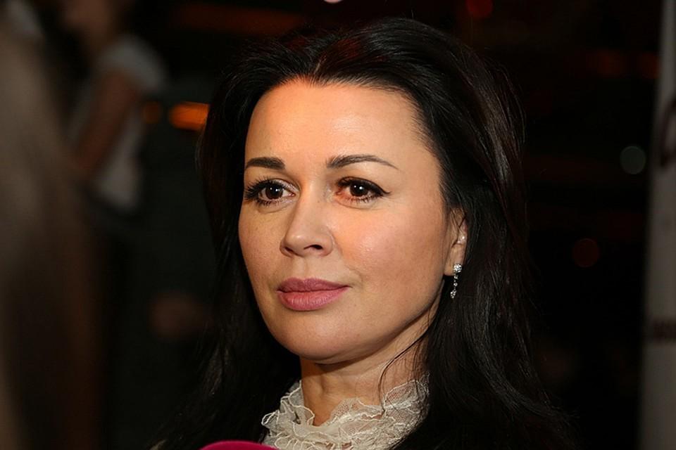 Работая в кино, театре и на телевидении Анастасия Заворотнюк смогла сколотить приличное состояние.