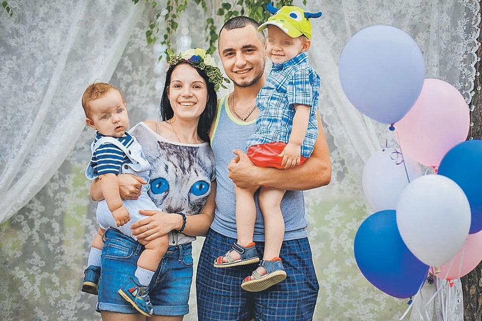 Еще два года назад эта семья казалась идеальной: Рита и Дмитрий Грачевы с детьми. Фото: vk.com