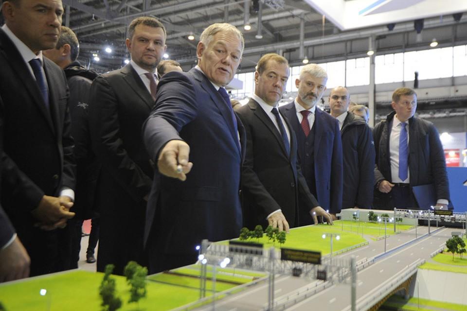 В Екатеринбурге проходит специализированная выставка «Дорога-2019». По этому случаю правительство во главе с Дмитрием Медведевым отправилось на выездное совещание.