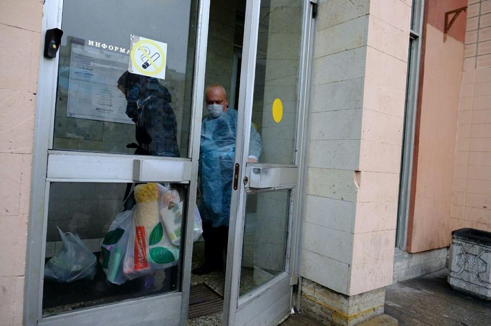 """После карантина войти в общежитие """"Северная"""" можно, но вот выйти дадут минимум через две недели - карантин по коронавирусу."""