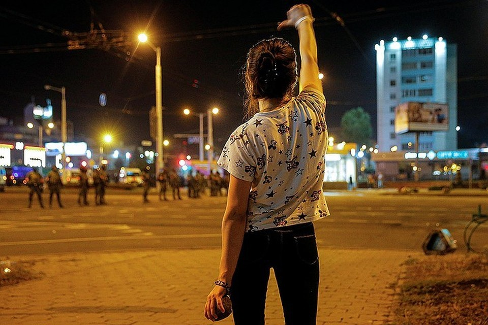 """""""Мирные"""" протестующие в Минске не такие уж и мирные. Приглядитесь, что у девушки в руке. А теперь представьте, что такой булыжник прилетит к вам в голову. Мирный протест?"""