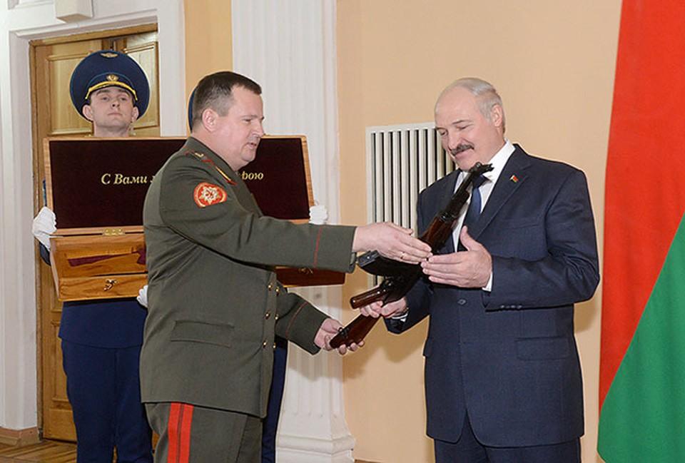 Автомат, пистолеты и самозарядный маузер: какое оружие есть в личной собственности Лукашенко. Фото: БелТА.