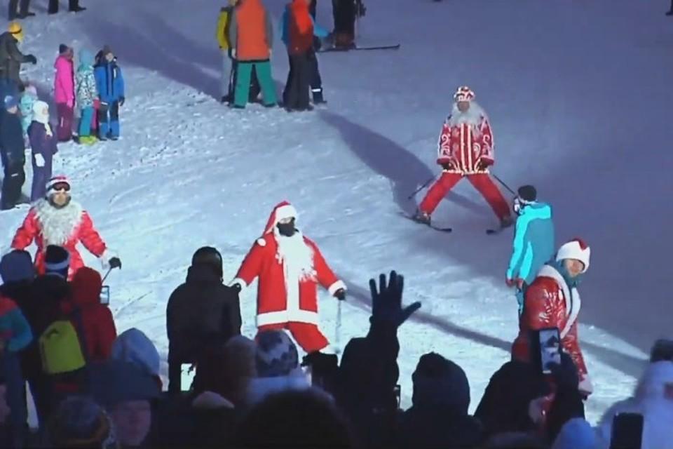 """Массовый спуск Дедов Морозов на лыжах и сноубордах состоялся в Шерегеше. ФОТО: кадр видеотрансляции """"Кузбасс 1"""""""