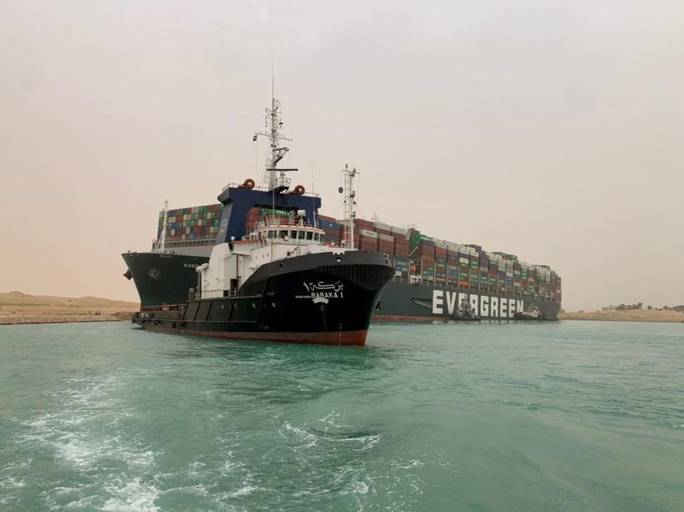 Гигантский контейнеровоз Ever Given заблокировал движение в Суэцком канале