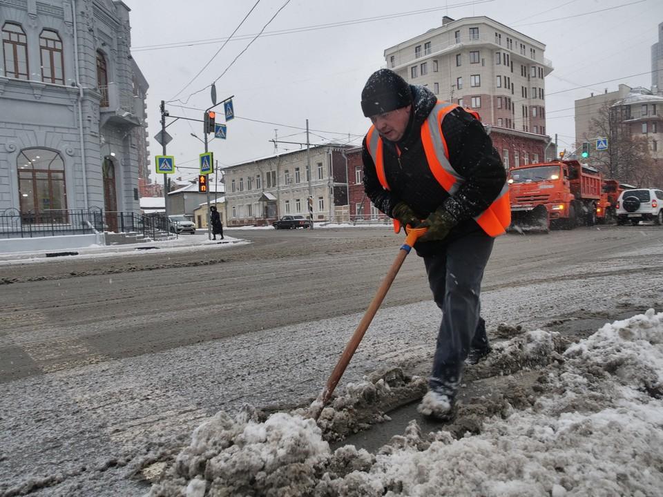 Рабочие убирали снег в две смены, круглосуточно