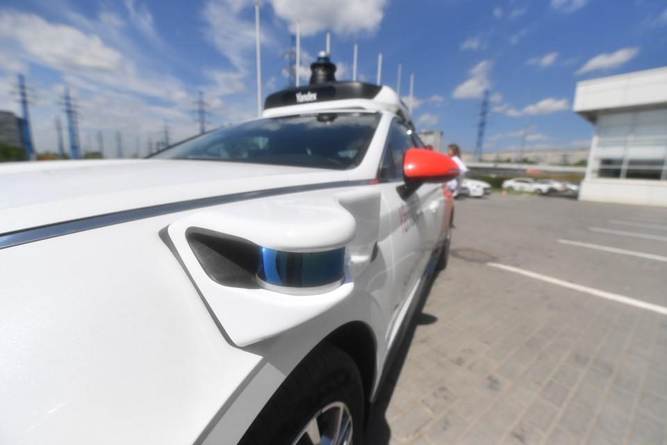 Беспилотный автомобиль во время тестов в Москве.