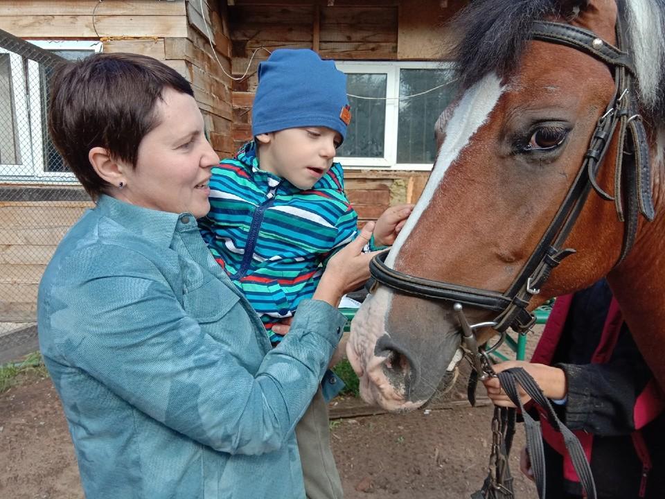 Сейчас мальчик ползет, встает на ножки, а еще отлично плавает, ныряет и ездит на лошадях
