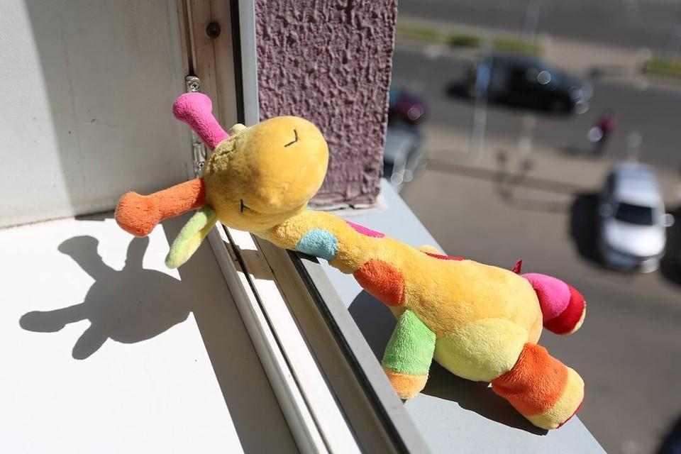 Ребенок выпал из окна в Пинске. Спасти не удалось.