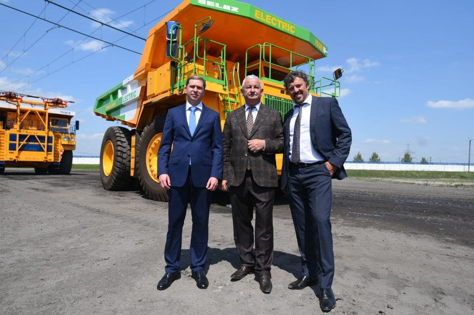 Делегация «Восточной горнорудной компании» и сахалинского правительства побывала на заводе «БелАЗ»