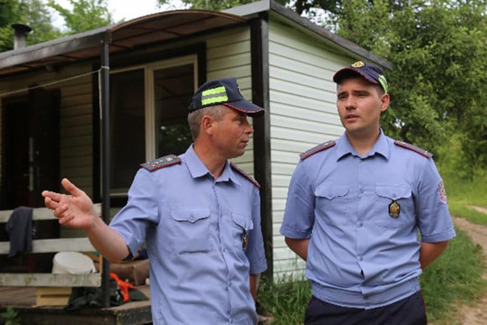 Милиционеры случайно оказались рядом с горящим домом и спасли двоих. Фото: ГАИ УВД Витебского облисполкома.