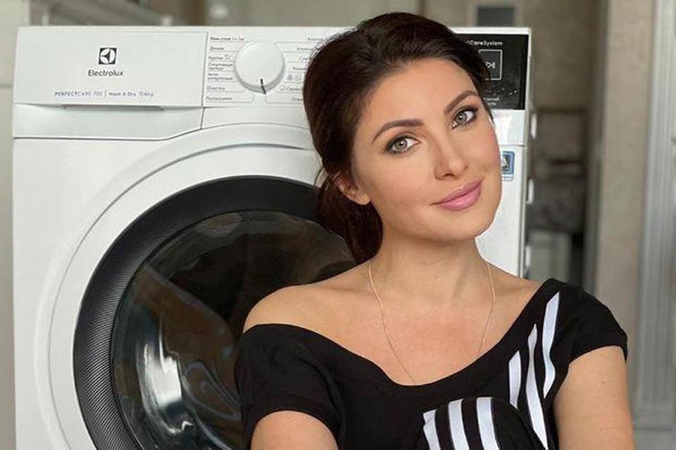 Анастасия Макеева хочет найти прислугу за 50 тысяч рублей в месяц. А пока следит за стиркой сама