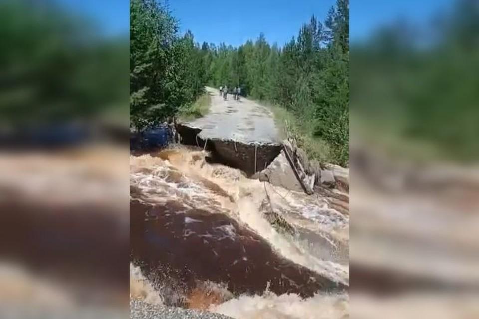 Дорога, разрушенная потоком воды. Фото: Владимир Инжеватов