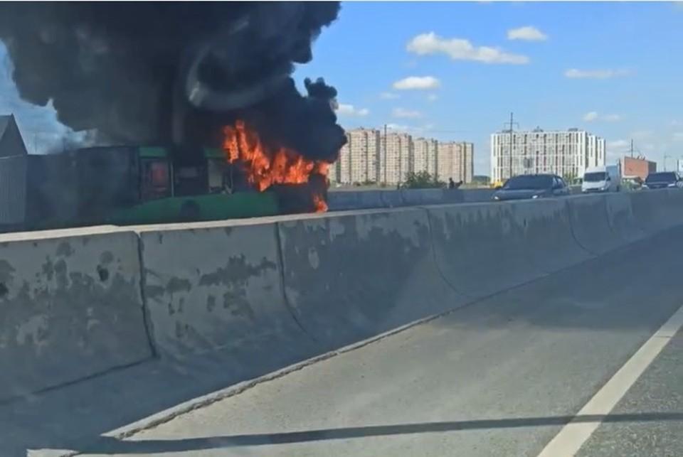 Фото: скриншот из видео. Загоревшийся автобус.