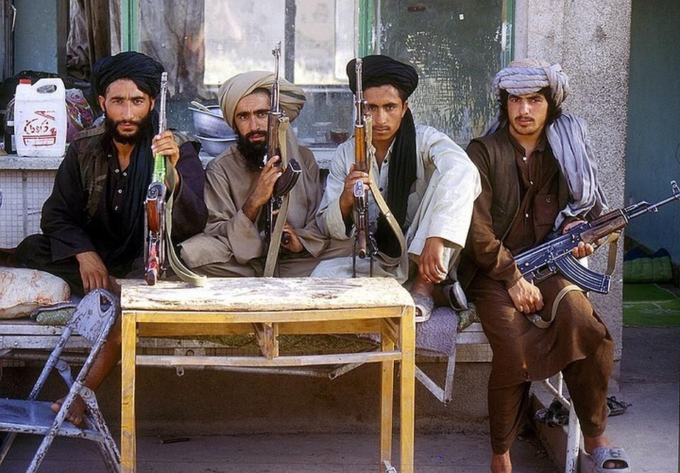 """Бойцы движения """"Талибан""""* захватывают один район в Афганистане а другим."""