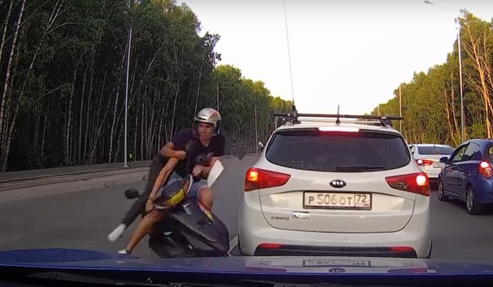 В Тюмени 17-летний скутерист без прав протаранил авто и вылетел на встречку. Скриншот из видео.