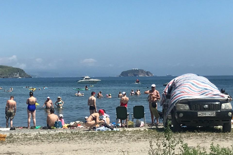 В разгар сезона пляжи Владивостока похожи на одну большую парковку.