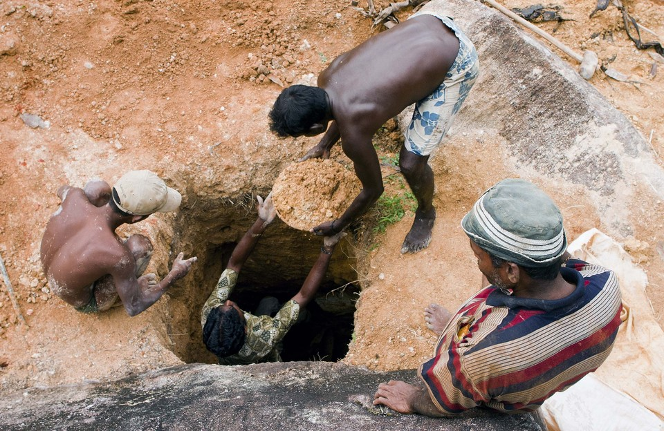 Во время рытья колодца на Шри Ланке обнаружили целые залежи сапфиров.