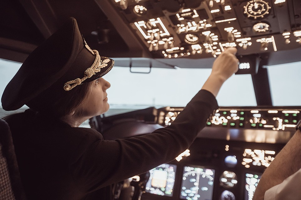 Чаще всего женщины хотят попробовать свои силы за штурвалом самолета.