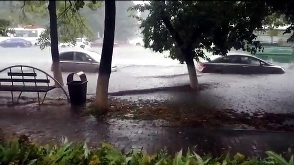 Дождь парализовал движение транспорта и пешеходов.Фото:ВКонтакте/inc_kuzbass.