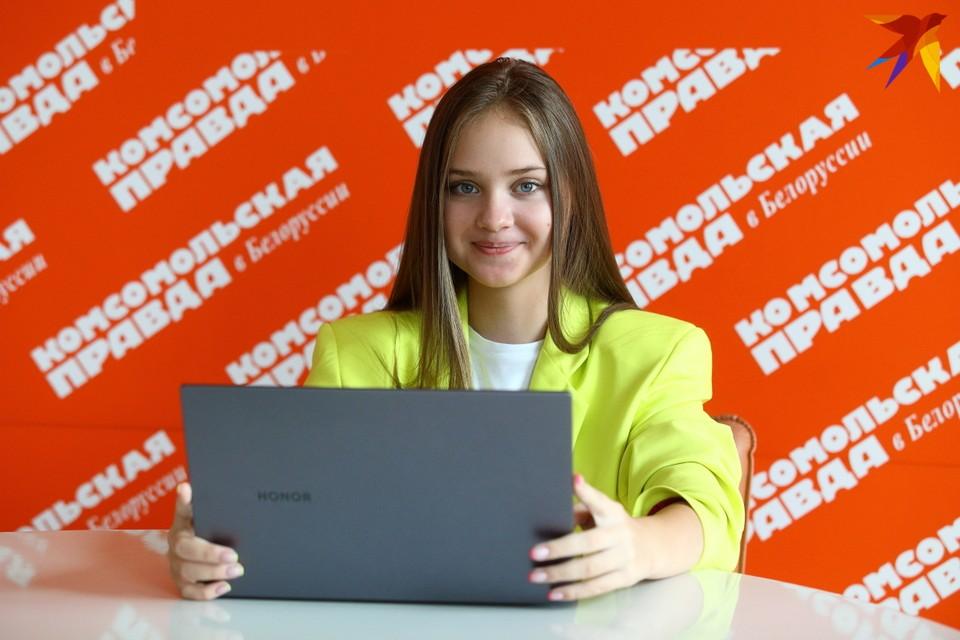 Маша Ермакова тестирует ноутбук HONOR MagicBook X 14.