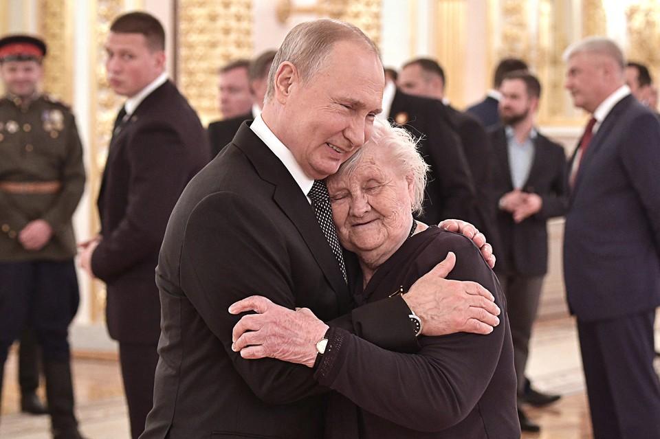 Владимир Путин с любимой учительницей Верой Гуревич Фото: Алексей НИКОЛЬСКИЙ/ТАСС