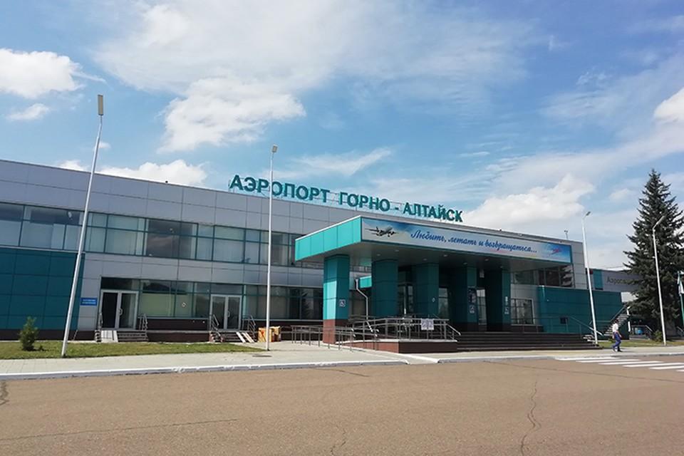 Полицейские сняли туристку с самолета в аэропорту Горно-Алтайска