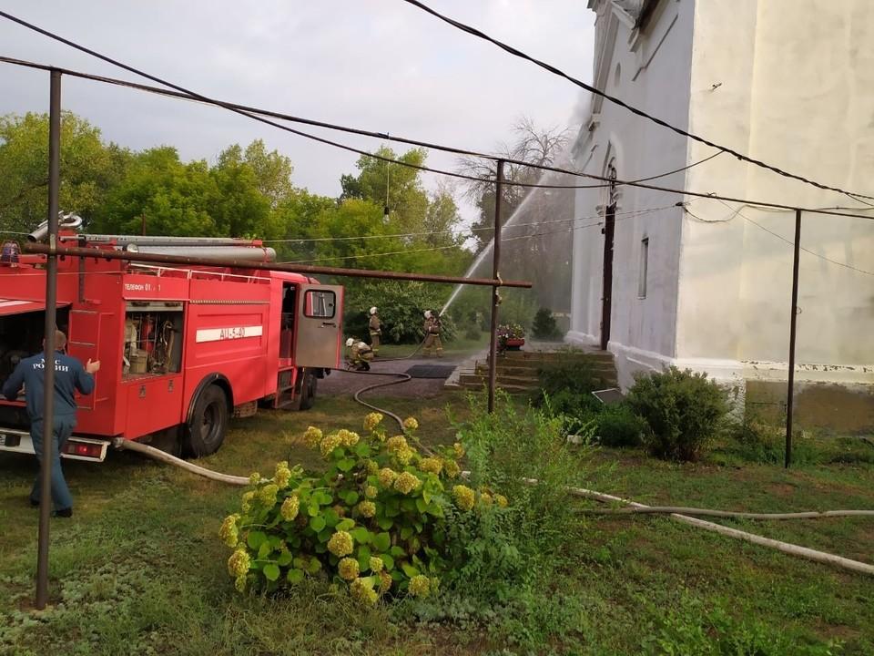 Пожарные тушат церковь. Фото с места ЧП.