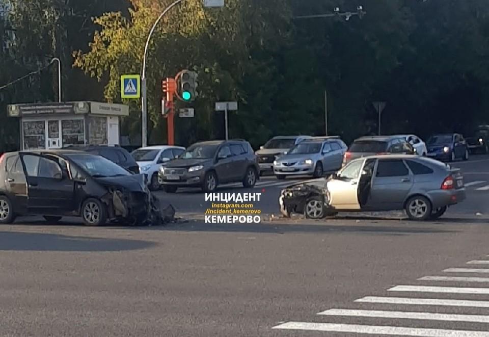 В Кемерове случилось серьезное ДТП на перекрестке. Фото: ВКонтакте/incident_42.