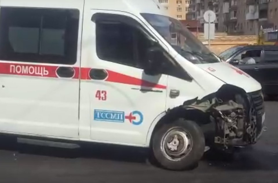 """""""Скорая"""" попала в аварию в Тольятти. Фото - скриншот"""