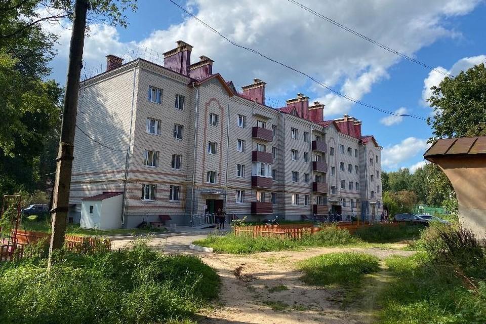 Борковчане, проживающие в аварийных зданиях, продолжают получать квартиры в новом доме. ФОТО: Тамара СМИРНОВА