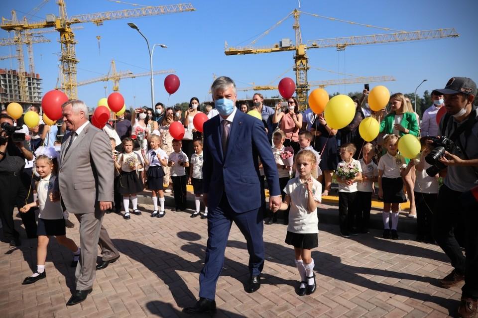 Алексей Логвиненко поздравил первоклашек, всех учеников, учителей и родителей с началом нового учебного года.