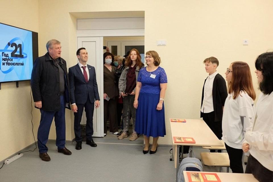 Игорь Васильев и Дмитрий Курдюмов оценили капремонт, проведенный во втором корпусе школы №42. Фото: kirovreg.ru