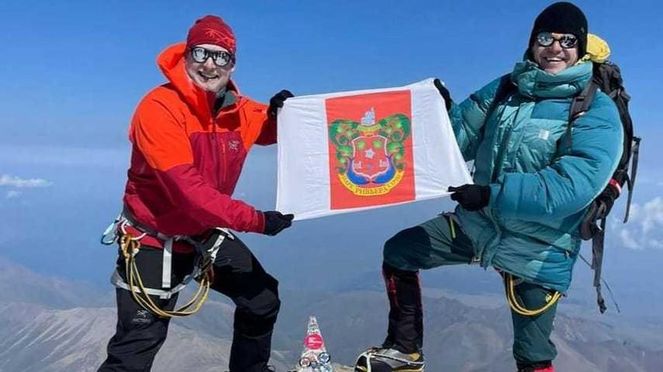 """Флаг с гербом парка """"Ривьера"""" на Эльбрусе"""