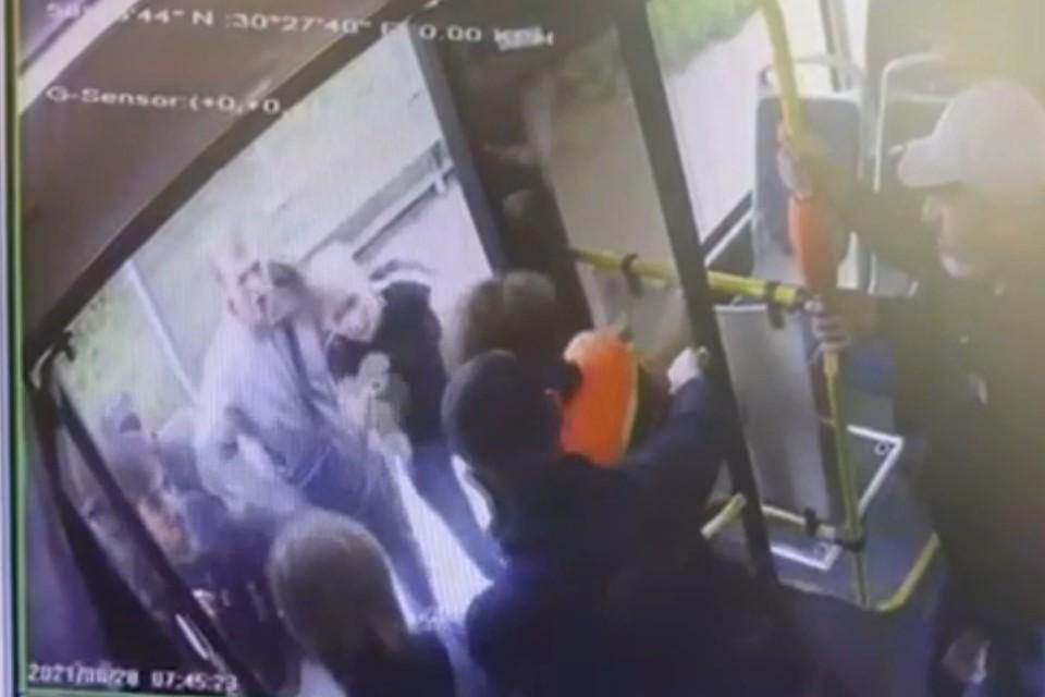 Четверо молодых парней набросились на кондуктора, отказавшись платить за проезд. Фото: ГУ МВД по СПб и ЛО