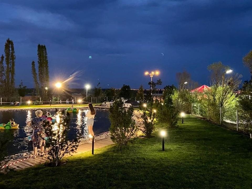 В ЦПКиО уложили газон вокруг пруда, по которому отдыхающие плавают на лодочках. Фото: Администрация Волгограда.