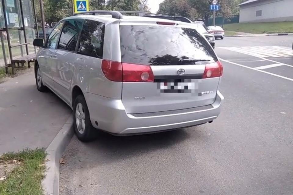 В Минске водитель протаранил остановку общественного транспорта. Фото: скриншот с видео УГАИ ГУВД Мингорисполкома