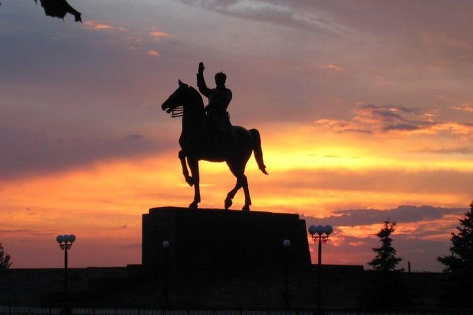 Памятник Клименту Ворошилову – один из символов Луганска, который когда-то назывался Ворошиловградом. Фото: gorod-lugansk.com