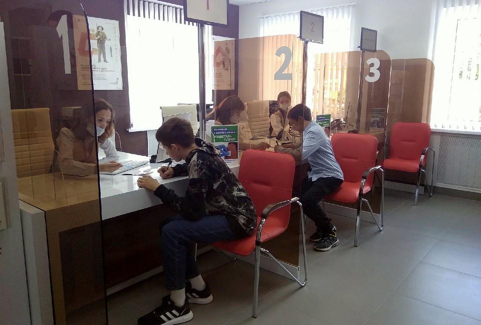 В новом офисе юные фировчане получили паспорта