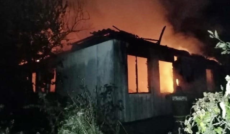 Частный жилой дом сгорел ночью в Сычевке. Фото: пресс-служба ГУ МЧС по Смоленской области.