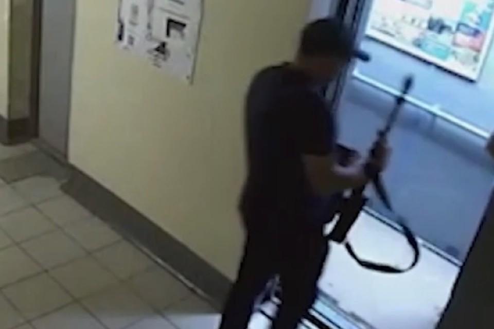 Бизнесмен спокойно зашел в лифт вместе с человеком вооруженным ружьем.