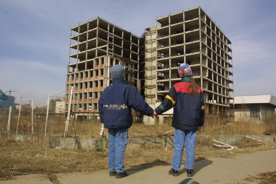 - Смотри, дом растет быстрее, чем мы. - А цены на квартиры в нем - еще быстрее!