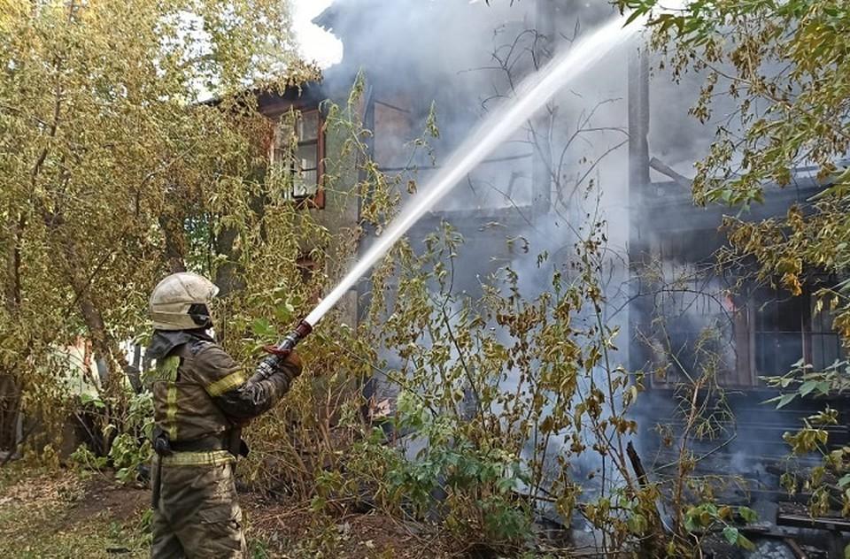 Загоревшийся барак уже был частично расселен. Фото: МЧС по Свердловской области