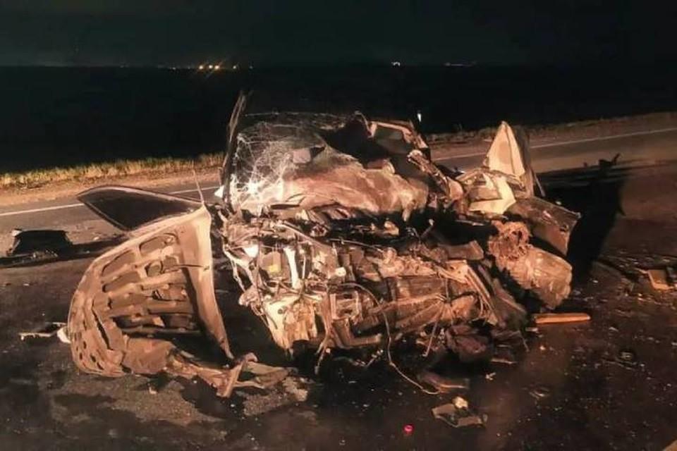 """Один из водителей погиб в столкновении двух иномарок с МАЗом на трассе """"Сибирь""""."""