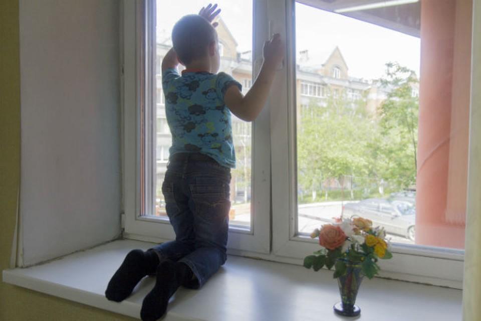 В Ярославле трехлетняя девочка едва не выпала из окна 8 этажа