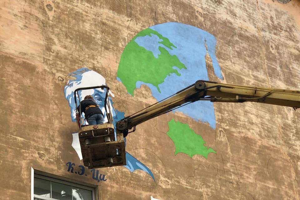 В Кирове начали наносить граффити на главное здание Вятского государственного агротехнологического университета со стороны улицы Маклина. Фото: vk.com/youthsport43